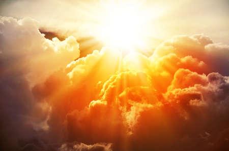 ciel avec nuages: Les rayons lumineux du soleil brillent de nuages ??saturés