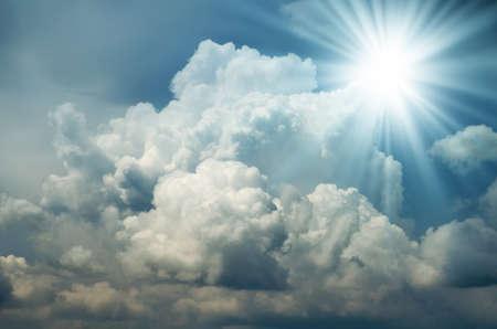Bright Sun Shines Unter den dunklen Wolken. Reflexlicht. Standard-Bild