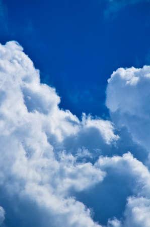 Blauer Himmel mit weißen und grauen Cumulus Wolken. Nahansicht