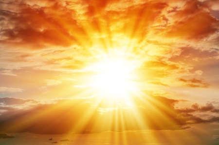 적운 구름과 오렌지 하늘에서 밝은 태양