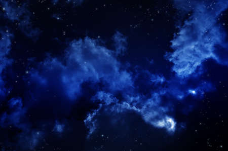 Nocne niebo z chmurami. Wszechświat pełen gwiazd, mgławic i galaktyk