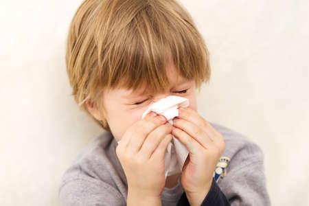 tejido: Niño gripe frío tejido enfermedad sonarse la nariz que moquea