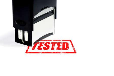 Koncepcja tested, czarny stempel z czerwonym napisem na białym tle wyizolowane.