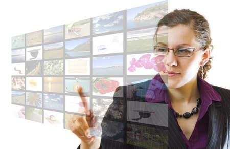 powerpoint: Joven apuntando pantalla multimedia, sobre fondo blanco