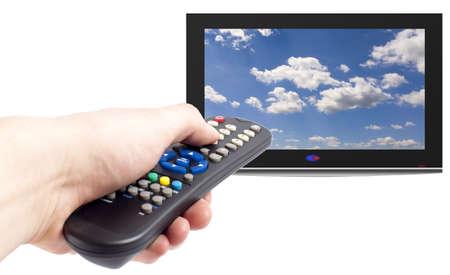 Télécommande en main les hommes et les TV, isolé sur blanc