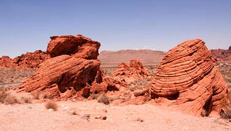 desierto: Ronchas rojas de la roca en el valle del fuego, EE.UU. Foto de archivo