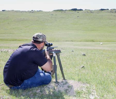 long shot: uno shooter tenendo un lungo girato in un campo