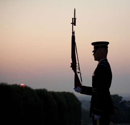太陽が昇ると無名戦士の墓の警備します。 写真素材