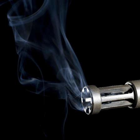 flash hider: humo que se elevan desde un fogonazo en un arma de asalto