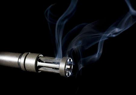 flash hider: por barril en un rifle de asalto que a�n est� ahumado en caliente Foto de archivo