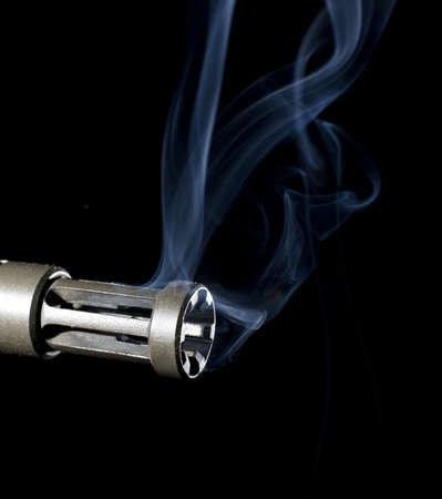 flash hider: humo se elevan desde un ca��n de las armas de asalto  Foto de archivo