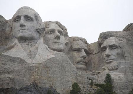 south dakota: Monte Rushmore South Dakota in un giorno nuvoloso Editoriali