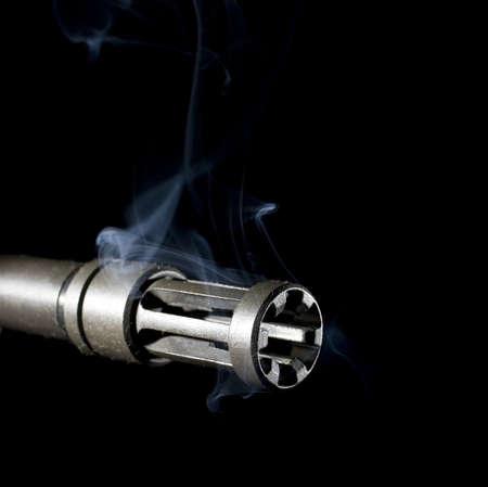 flash hider: apagallamas de un fusil de asalto que es verter fuera humo