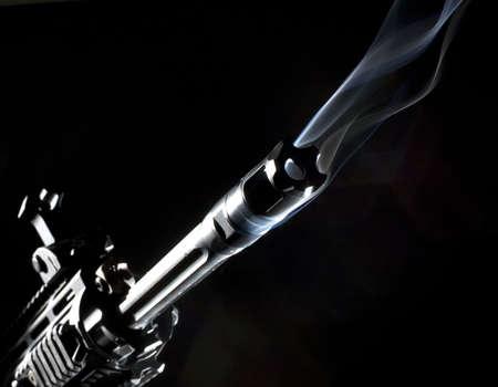 Sturmgewehr, die hat Rauch coming out von seinen Lauf Standard-Bild - 6900952