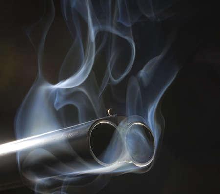 両方のバレル散弾銃の煙を注いでいます。