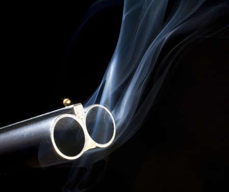 煙での二重バレルの散弾銃に両方のバレル