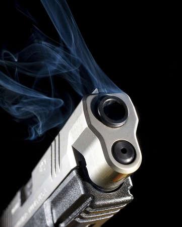 총을 찍은 후 연기를 방출하는 반자동 권총 스톡 콘텐츠