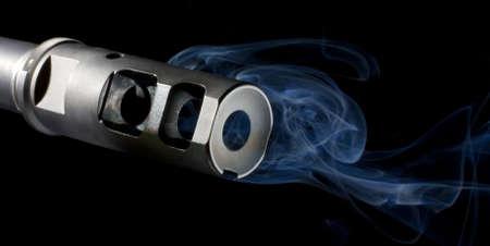 flash hider: Fogonazo en un fusil de asalto que es verter a humo