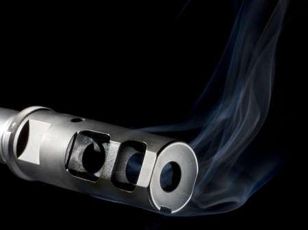 flash hider: Fogonazo en un arma de asalto que est� derramando humo