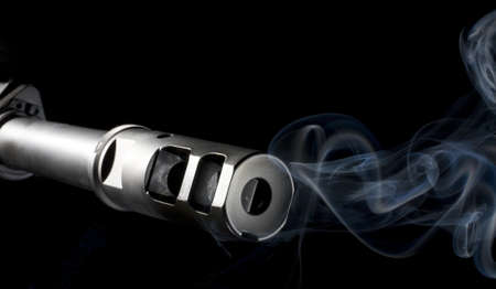 flash hider: Ca��n del fusil de AR que es fumar despu�s de un disparo