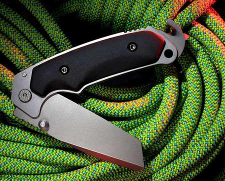 Folding tool die een gordel snijder en window breaker heeft
