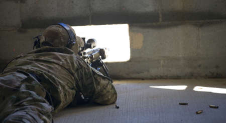 long shot: Sniper con una piccola finestra di prendere segretamente un lungo tiro