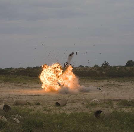 이 폭발로 차에서 나오는 불꽃의 공