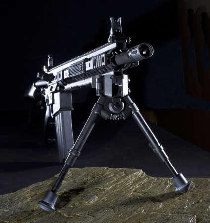 Rifle de asalto moderno con un bípode que se configura en la oscuridad Foto de archivo - 16186101