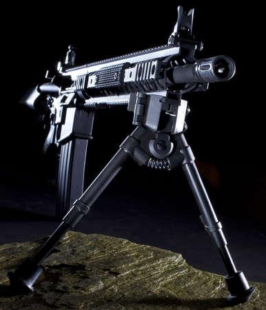 long shot: Fucile d'assalto moderno con un Bipop pronto per un colpo lungo dal buio