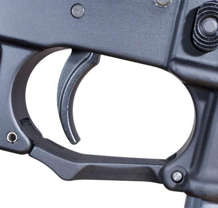 gatillo: Disparo que se encuentra en un AR 15 aislado en blanco