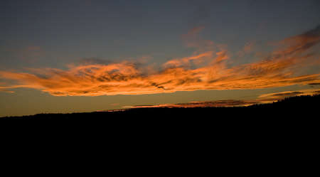 それはワイオミング州の牧場で完全に暗くなる前にわずか数分の夕日 写真素材