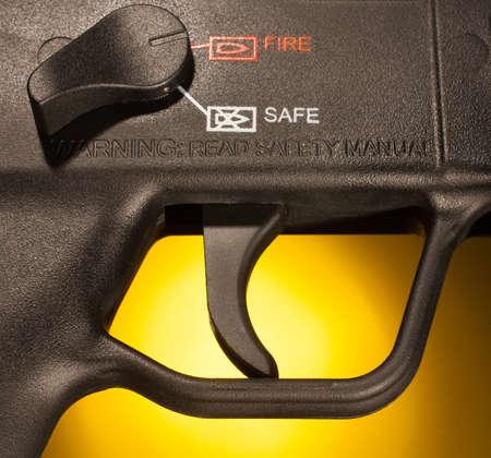 gatillo: Gatillo de escopeta y la seguridad que se encuentra en la posici�n de fuego Foto de archivo