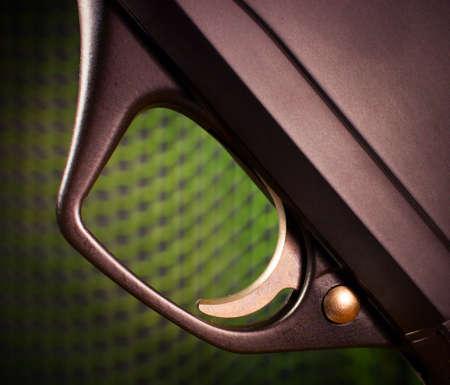 Disparar en una escopeta semi automática con un fondo de malla verde Foto de archivo - 20378006
