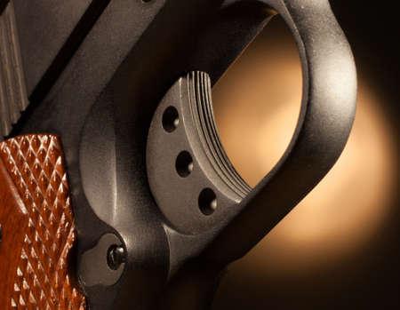 trigger: Gatillo Seratted en una pistola semi autom�tica para evitar el deslizamiento Foto de archivo