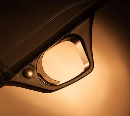 tetik: Ten rengi bir arka plana sahip bir tüfek metal tetik Stok Fotoğraf