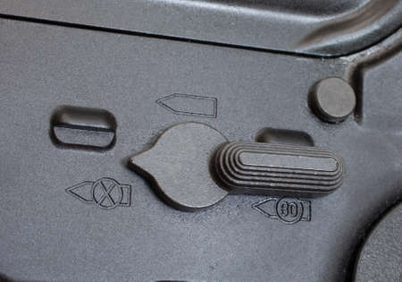 Switch on the side of a rifle that puts the gun on safe 版權商用圖片