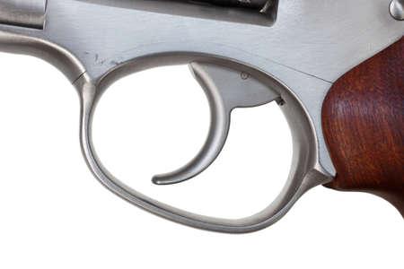 desencadenar: Disparo en un rev�lver de metal aislado en blanco