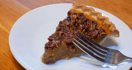 pecan pie: Tenedor encima de una gran rebanada de pastel de nuez en un plato Foto de archivo