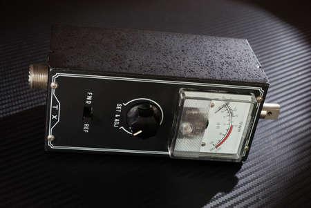 electric meter: Contador eléctrico que se utiliza para medir la eficiencia de la antena jamón