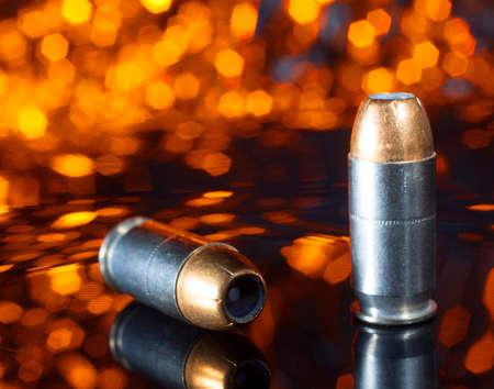 オレンジの背景の中空の尖った弾丸は、拳銃用弾薬 写真素材 - 43135553