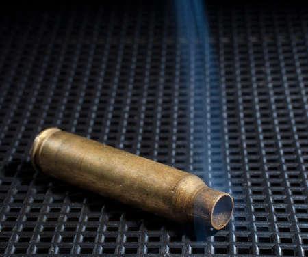 喫煙は黒い格子の空のライフル真鍮 写真素材 - 46652505