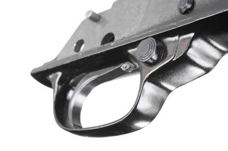 gatillo: seguridad del bloque de la Cruz y el gatillo de un rifle aislado en blanco Foto de archivo
