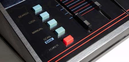 Controlebord op een oude radio voor het aftasten van politiebanden Stockfoto