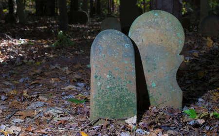 ノースカロライナ州の古いスコットランドの墓地でお互いを保持して 2 つの墓のマーカー 写真素材 - 88789331