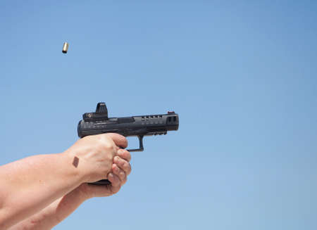 Arme à tête avec un courant électrique courir avec le volant de pierre Banque d'images - 88789392