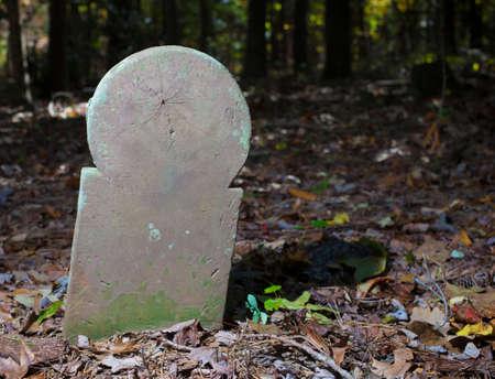 背中にクモの古いスコットランドの墓地内のマーカー 写真素材