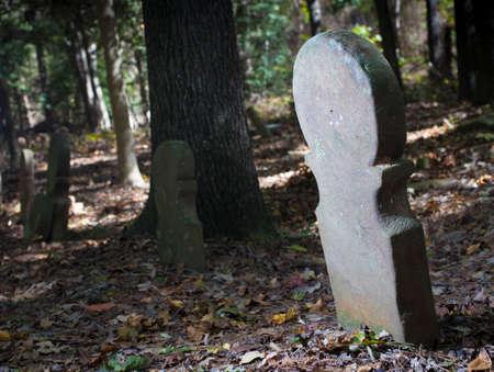 위에 기대어있는 오래된 스코틀랜드 묘지의 비석 스톡 콘텐츠