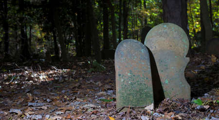 一緒に古いスコットランドの墓地で墓のマーカーのペア 写真素材 - 90142414