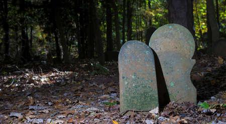 오래 된 스코틀랜드 묘지에서 함께 무덤 표시 자 쌍