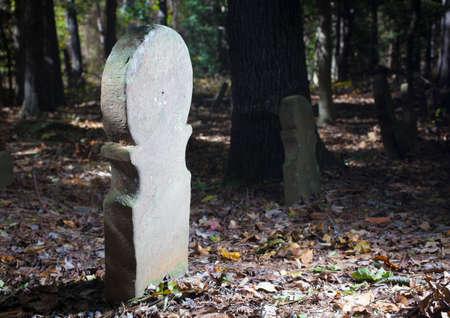 墓石の多くが落ちる古いスコットランドの墓地 写真素材